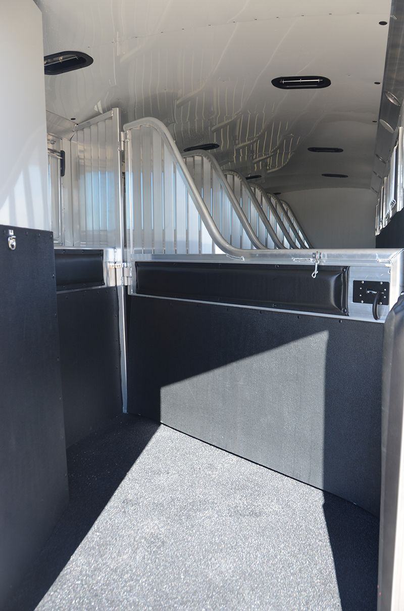 8 Wide 7h 4 Star W Six 1 2 Horse Dividers W Pads All Dividers W Hanging Mats Insulated And Lined In Horse Compartment Horse Trailers Horse Barns Horses