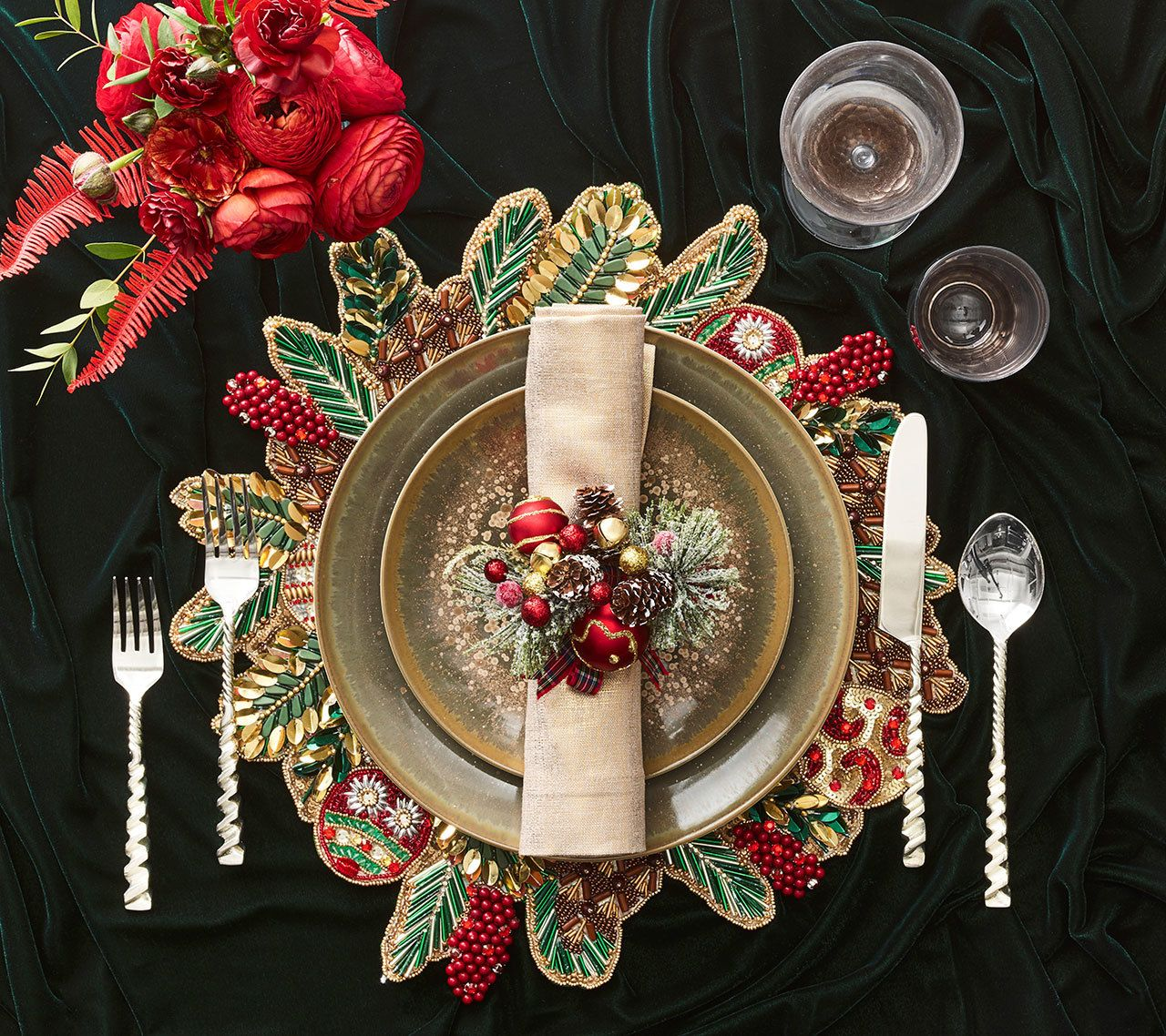Christmas Pack of 4 Noel Placemats Embroidered Baubles /& Mistletoe Table Mats