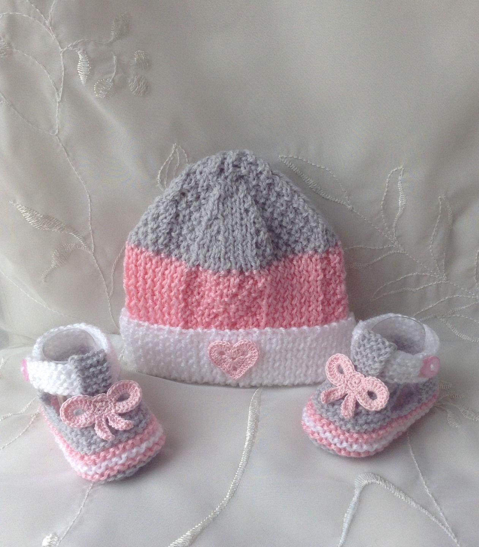 295c6ac92dbe Ensemble naissance fille, bonnet et chaussons, blanc, rose et gris ...