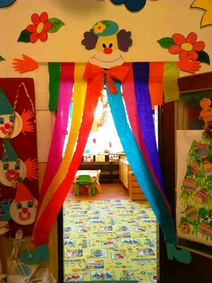 Pin di sabrina su decori aula carnival crafts clown for Porte decorate scuola