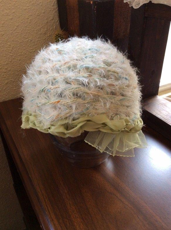 ご覧頂きありがとうございます。サテンリボンと毛糸で作ったデザインニット帽です。寝癖頭にはすごく重宝致しますよね〜。サイズは平置きの状態で横29cm×...|ハンドメイド、手作り、手仕事品の通販・販売・購入ならCreema。