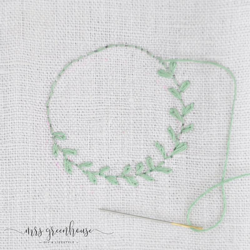 Couronnes de feuilles fines brodées sur lin – 10 minutes DIY | Mrs Greenhouse – Blog de bricolage avec des instructions de bricolage créatives   – Embroidery / Stickerei
