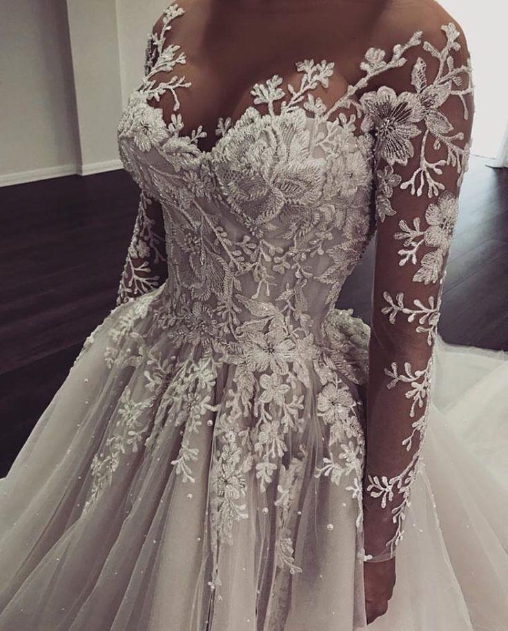 Weißes Hochzeitskleid. Alle Bräute wollen sich finden, die ideale Hochzeit zu …