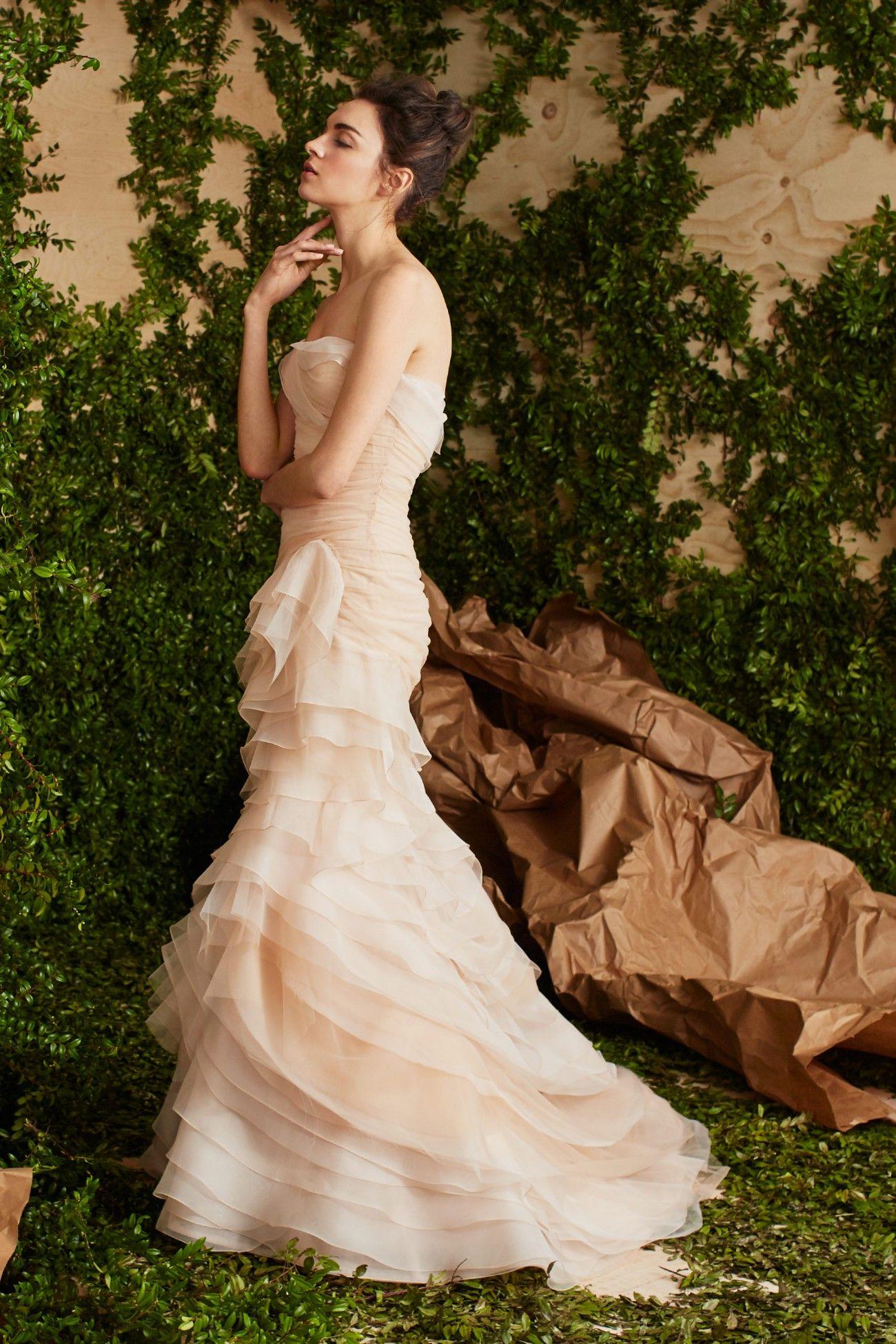 A novidade hoje é a linha bridal Carolina Herrera Primavera 2017. A coleção  foi desenhada especialmente para a mulher contemporânea, explorando a ... 7a597f2ed5