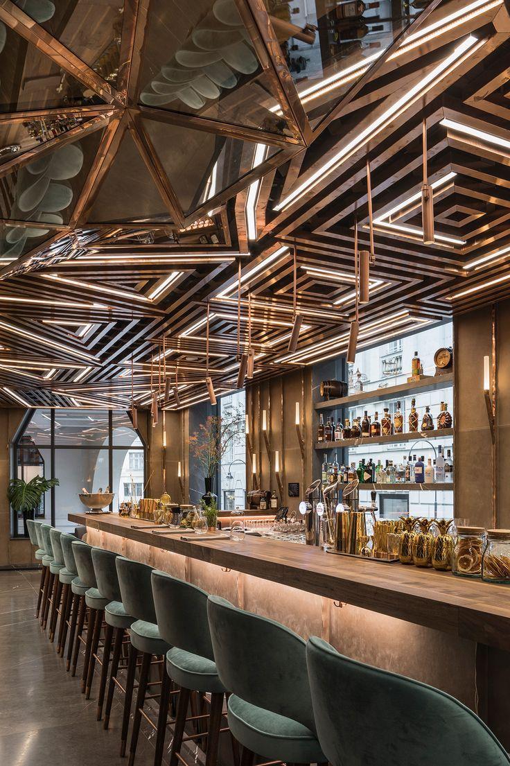 Luxus Bar Design Mit Geometrischen Deckenpaneelen Und Beleuchtung Aus Messing In 2020 Bar Innenausstattung Restauranteinrichtungen Moderne Inneneinrichtung