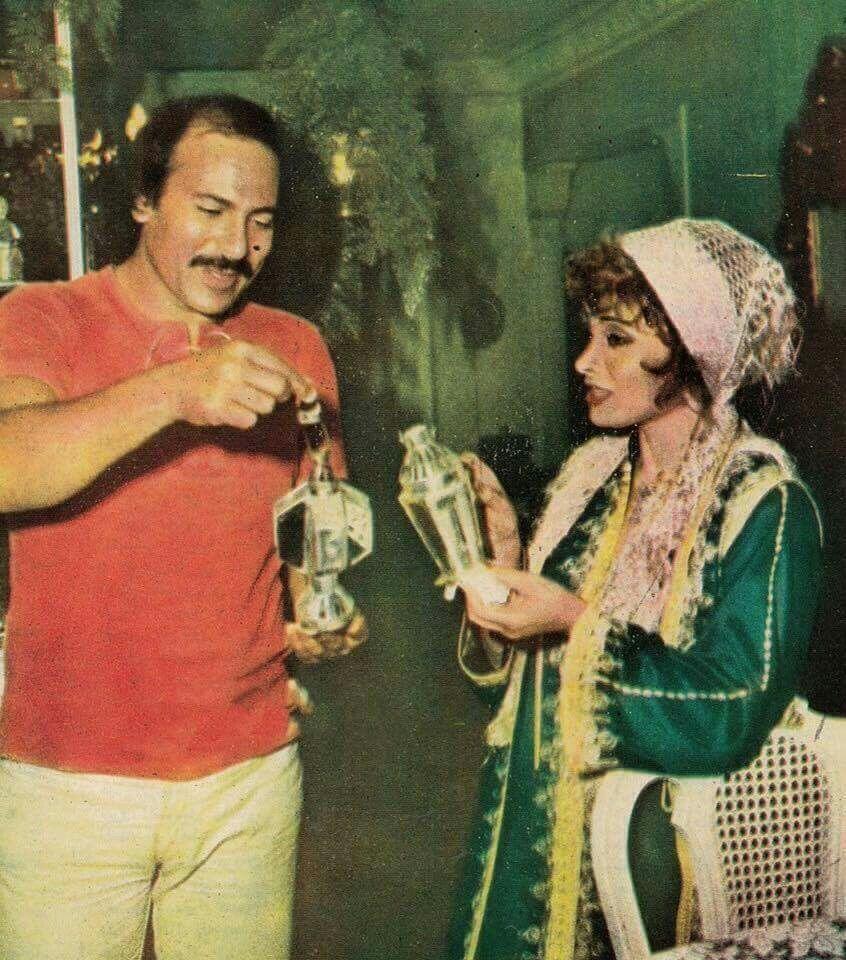 الفنانة القديرة صفية العمري مع زوجها الفنان جلال عيسى يحتفلان بشهر رمضان المبارك ومع فانوس رمضان عام 1977 م Arab Celebrities Art Ramadan