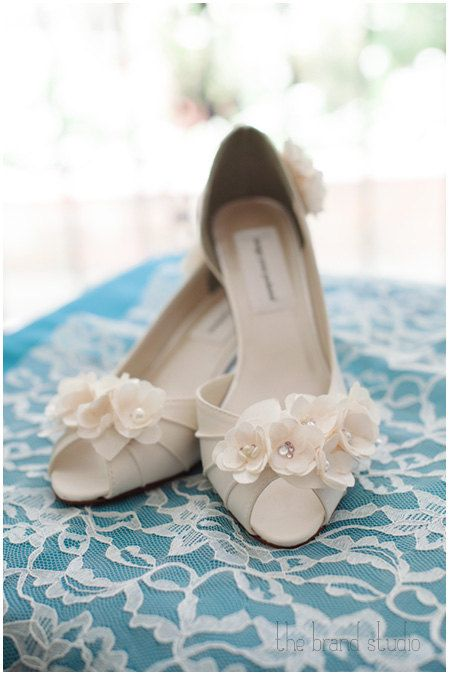 These classic and simple custom wedding shoes by Ellie Wren will make your special day very beautiful! (www.elliewren.com) #customweddingshoes #ivoryweddingshoes #flowerweddingshoes