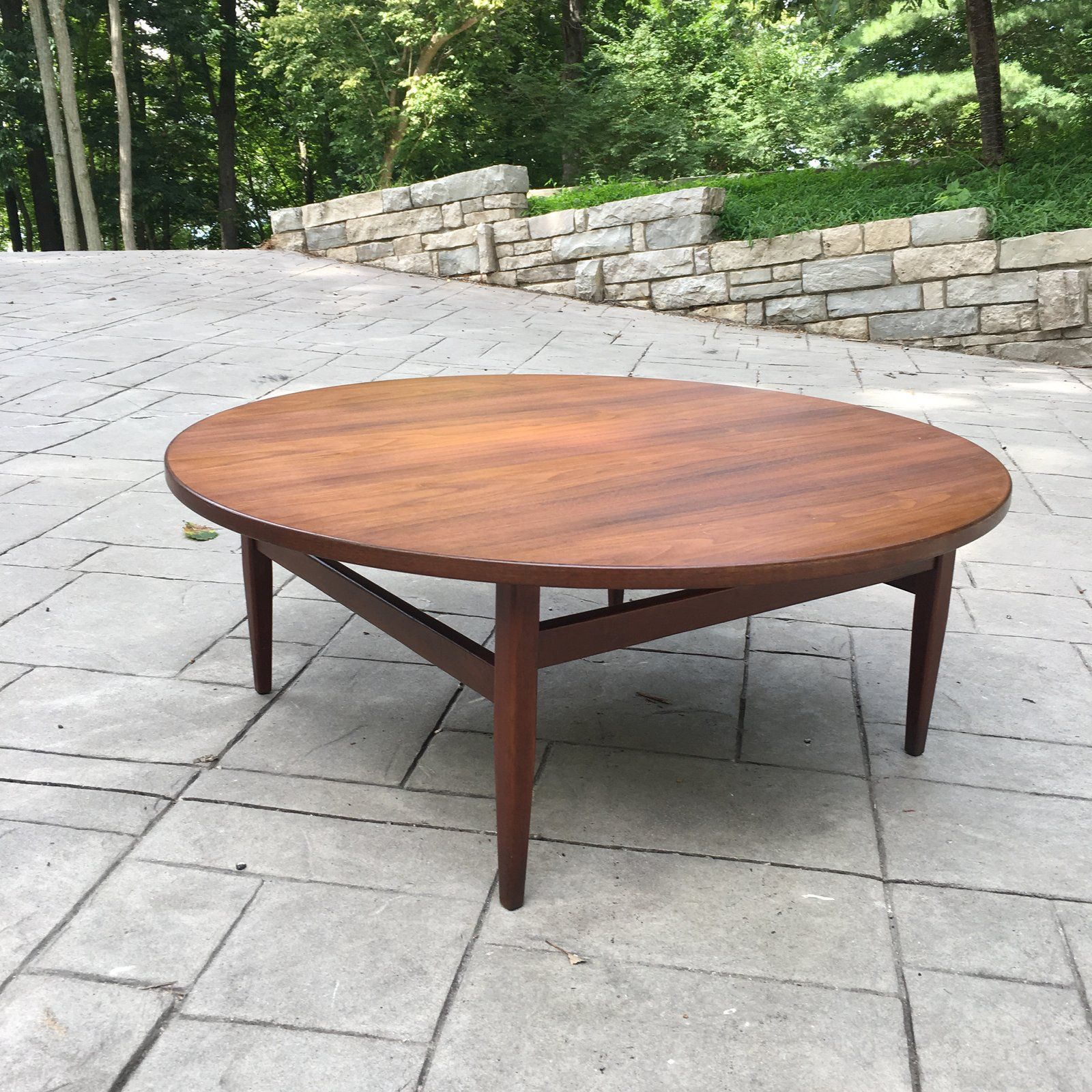 - 1960s Mid-Century Modern Round Walnut Coffee Table For Sale