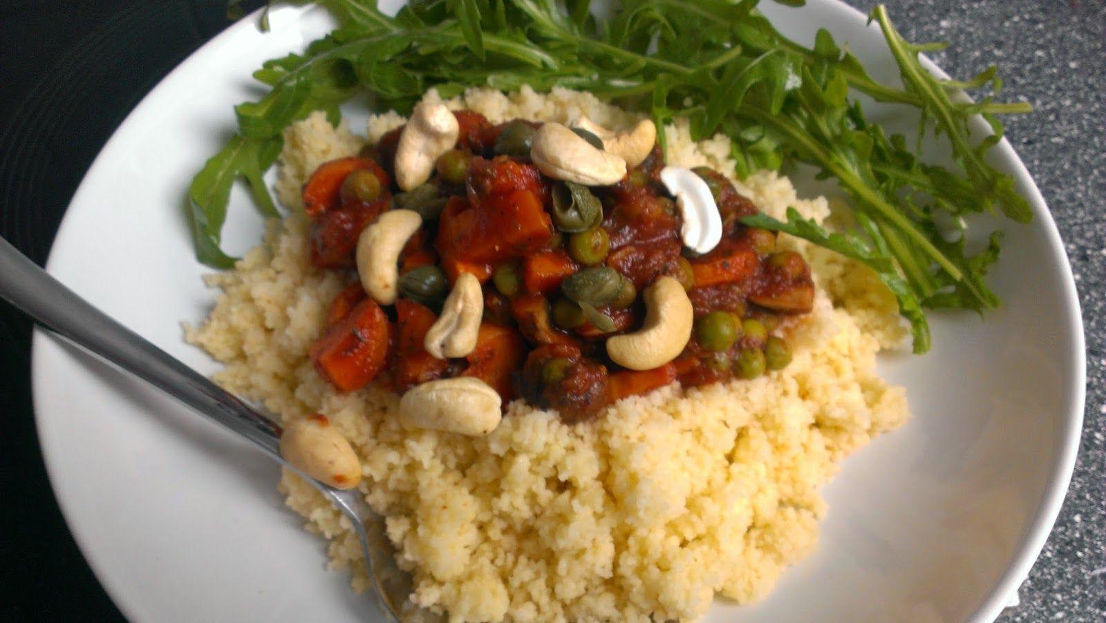 """Mittags dann bei Sinah der sogenannte """"Rest vom Schützenfest"""": Reste der Gemüsesoße vom Vortrag auf einem großen Berg Couscous mit ein paar Cashews. Resteessen ist einfach wunderbar!"""
