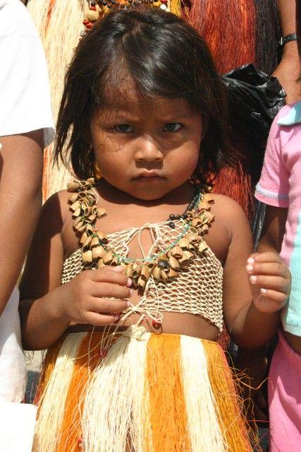 5 Las semillas y las fibras naturales son para confeccionar el vestido. Colombia