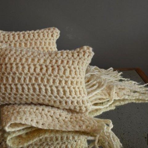 Juanes Juego de #manta y #almohadones artesanales. Ideales para el #sofa y la cama. #pequenosmimos  #crochet  #inviernocalentito  #tiendaonline #sillones #sillas www.carmelacarey.com/tienda-online #weareopen