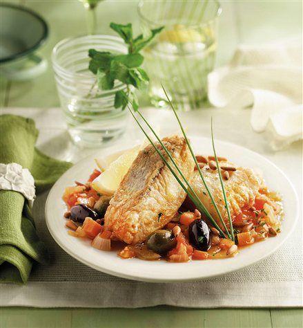 Filetes de merluza con salsa mediterránea