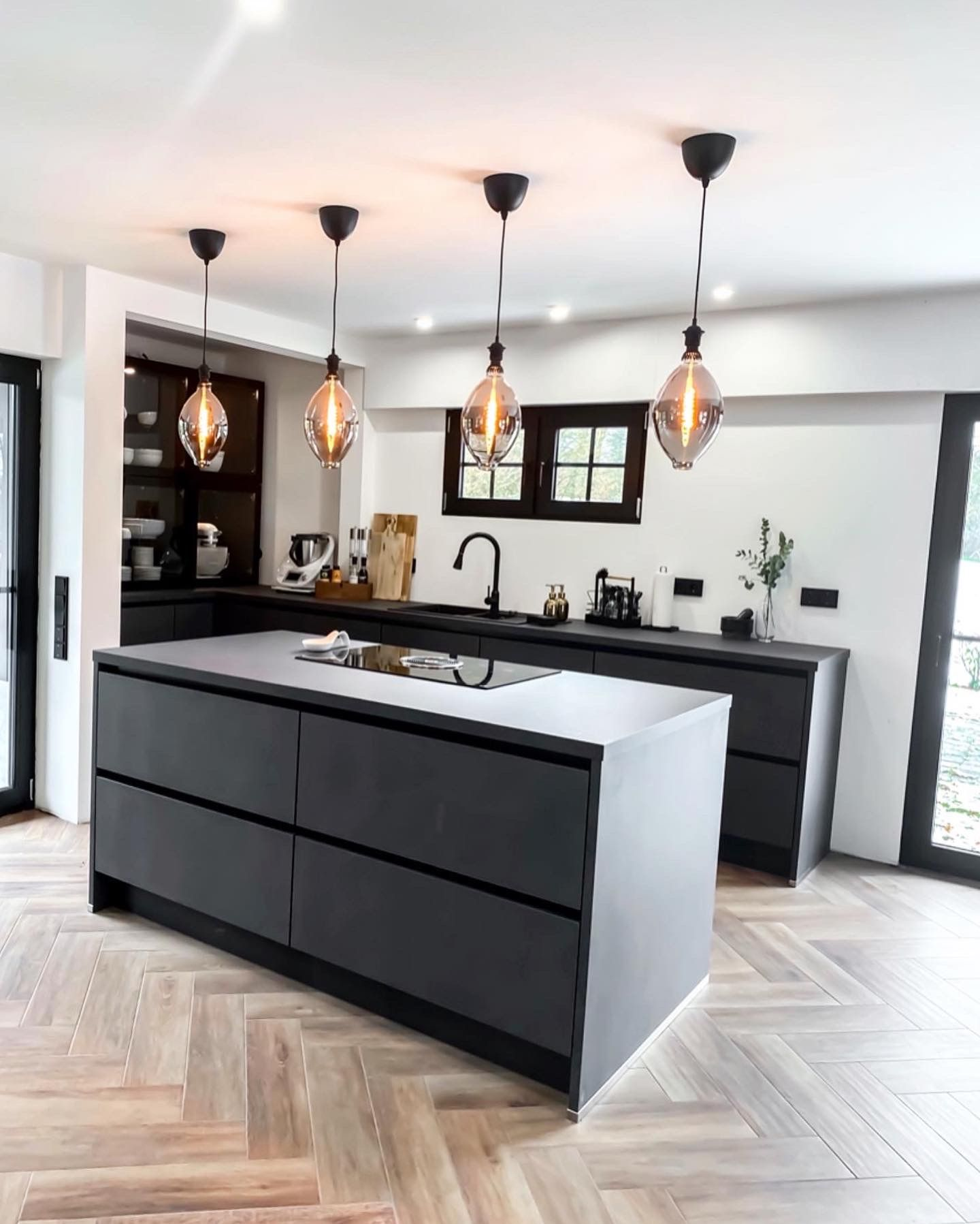 Black Kitchen Herringbone Flooring In 2020 Dunkle Kuche Kuche Holzoptik