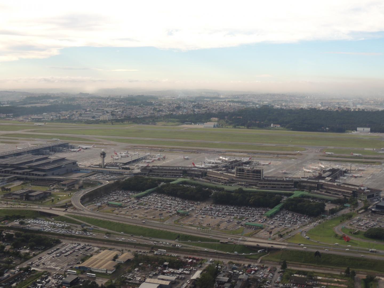Aeroporto Internacional de Guarulhos, torre de comando e patio com aviões