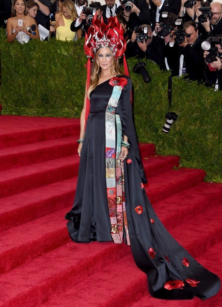 Sarah Jessica Parker in a Philip Tracey hat, H&M dress, Cindy Chao brooches and Fred Leighton jewelry.