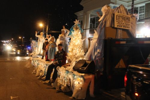 I loved the fake snow on this float.