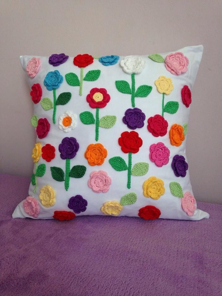 2bd8b8440 Almofada artesanal (tecido brim) com flores feitas em crochê ...