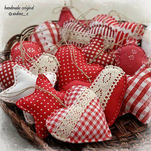 Sada srdiečok a hviezdičiek z bavlnených látok v červeno bielom ladení. Plnené dutým vláknom. Rôzne dozdobené krajkou, hadovkou... Zavesené na konopnom špagátiku. Ozdoby sú pre svoj rozmer ...