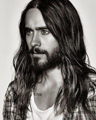 El pelo largo en los hombres siempre ha sido motivo de disputa. ¿Les queda bien o les hace parecer menos masculinos? ¿Solo está...