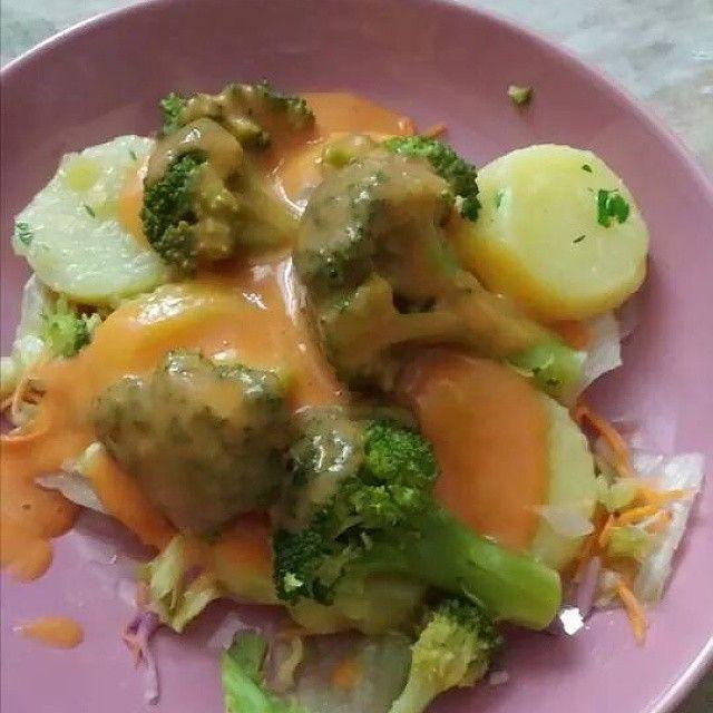 Brócoli en salsa de pimiento asado. Cocer patatas con piel y brócoli mientras cuecen, asar un pimiento rojo cuando patatas y brócoli esten tiernos escurrir y quitar la piel a las patatas Apartar una patata y trocear el resto, aliñar con ajo y perejil, aceite de oliva y vinagre de manzana Deje enfriar el pimiento y quitar la piel. Pasar por la batidora con la patata que aparté y una taza de leche Poner en un plato una base ensalada variada, encima las patatas brócoli, y la salsa de pimiento