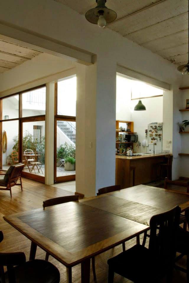 我們看到了。我們是生活@家。: 中庭花園,綠意與陽光灑落進來,這個廚房好完美! 阿根廷BVW建築事務所Ariana Werber建築師,將老房子改造