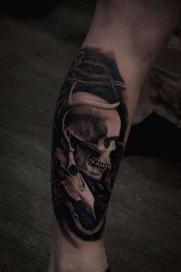 tatouage homme t te de mort r aliste sur mollet tatouage t te de mort skull tattoos. Black Bedroom Furniture Sets. Home Design Ideas
