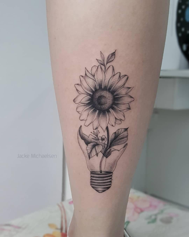 Tatuagem criada por Jacke Michaelsen (jackemichaelsen) de Curitiba.    Girassol nascendo de lâmpada quebrada.