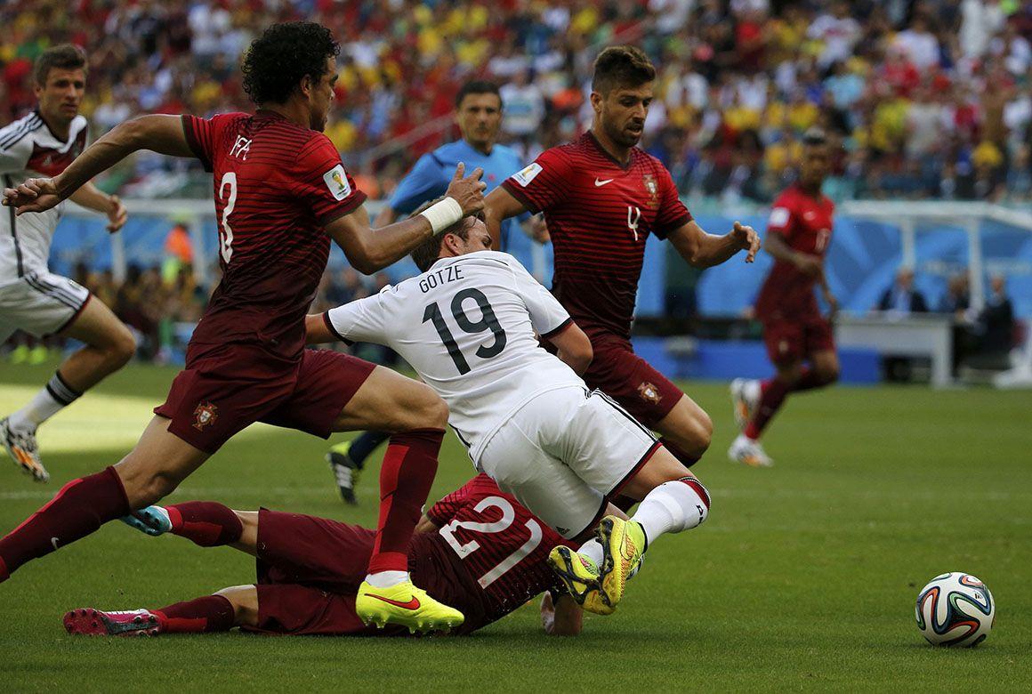 Götze no meio de portugueses REUTERS/JORGE SILVA