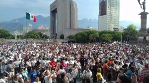 Miles de maestros 'tomaron' otra vez las calles de Monterrey y, además de volver a paralizar el primer cuadro de la ciudad, anunciaron un paro de labores el próximo viernes, es decir 15 días antes de que concluya el calendario escolar. Los alrededor de 5 mil profesores desafiaron por segunda vez la petición del gobernador, […]