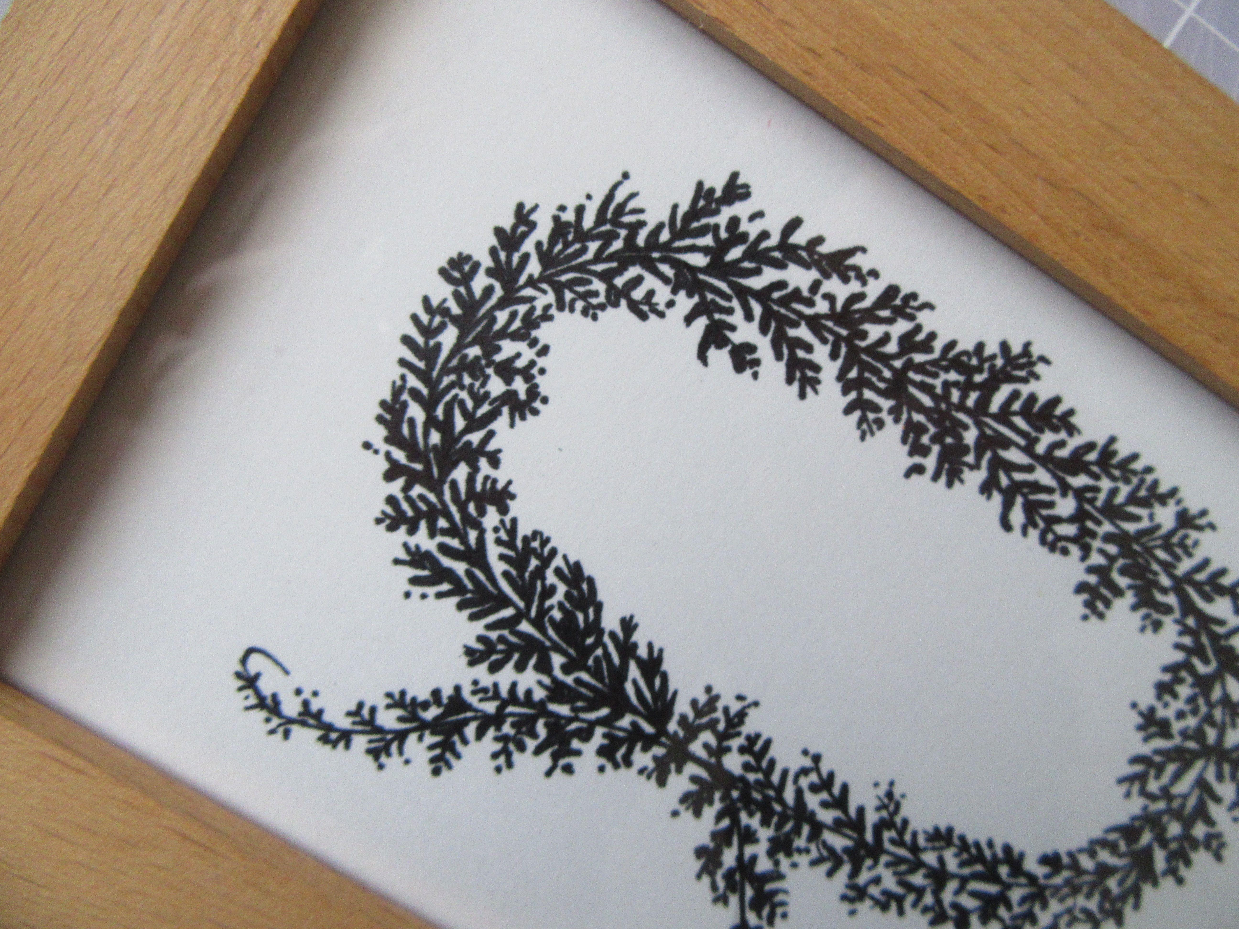 Cadre bois + couronne feuillage  ovale. Dessin à la main.