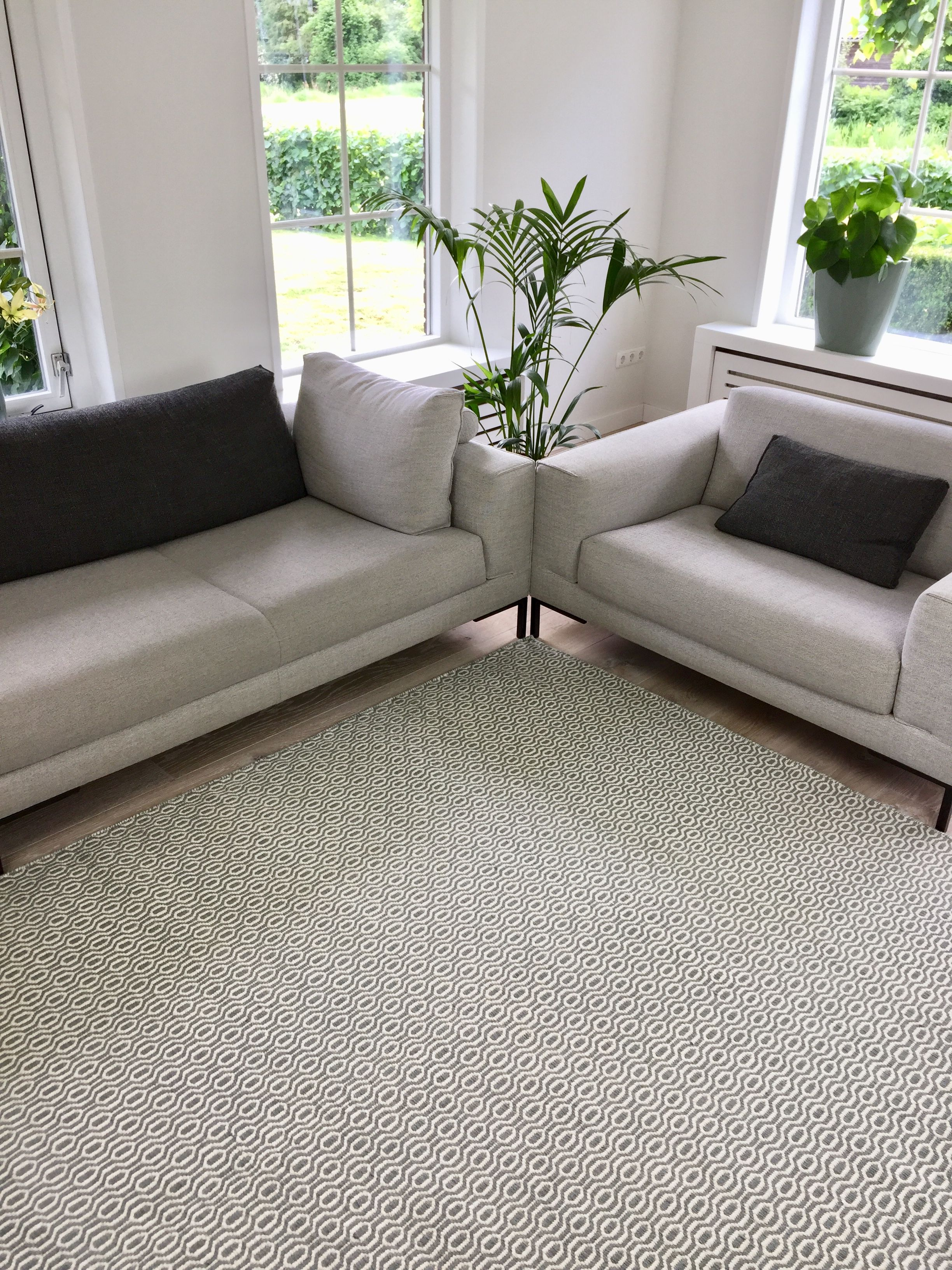 Grijs wit vloerkleed gemaakt van wol heerlijk zacht dus ideaal voor in de woonkamer