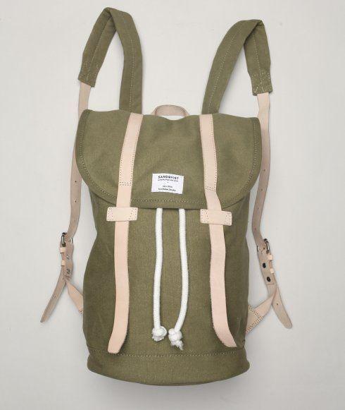 Stig rygsækken fra Sandqvist er i en tung 18oz lærreds kvalitet.  Justerbar skuldre stropper. Plads til 13'' laptop. Enkelt indre zip-lomme.  Design fra Stockholm.