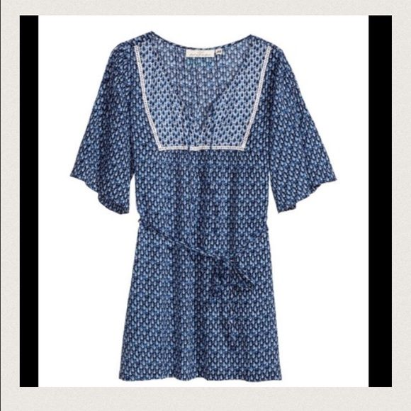 H&M Tunic CONSCIOUS collection. Short-sleeved tunic in airy, crinkled organic cotton fabric with a printed pattern. Inset lace trim at top, ties at neckline, and slits at sides. Removable tie at waist. Worn twice. In excellent condition. Cotton. H&M Tops Tunics