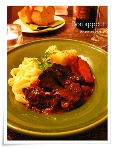 記念日はおうちビストロで♪ストウブで作る、牛肉の赤ワイン煮込み .