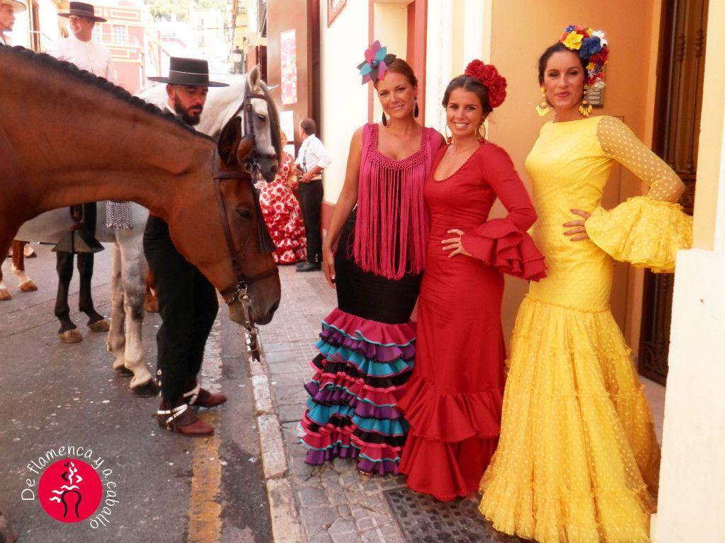 Tres mujeres vestidas de flamenca con caballo y hombre de traje ... 94f4054ea87
