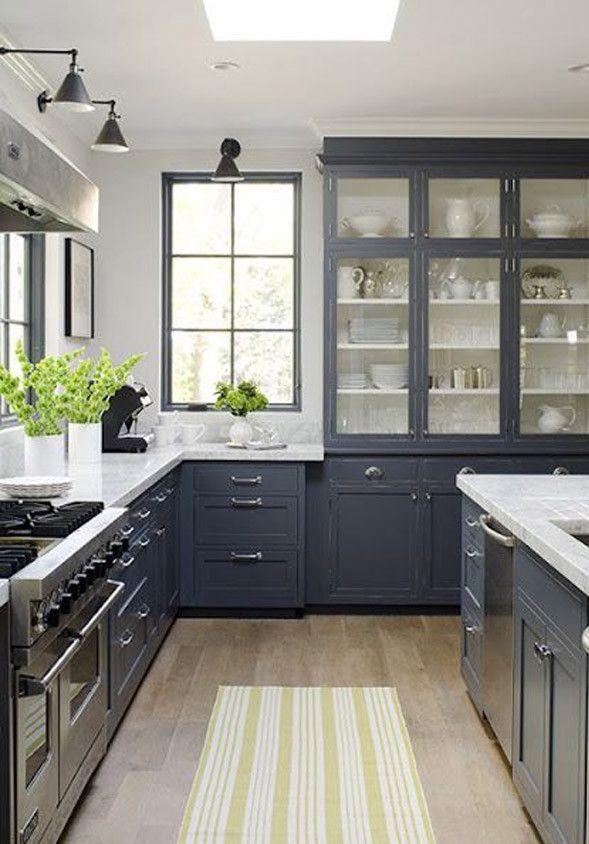 Une cuisine qui parait plus grande grâce à des armoires vitrées