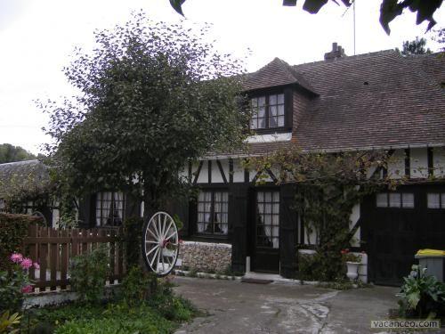 Maison Normande typique avec le toit de chaume Normandy