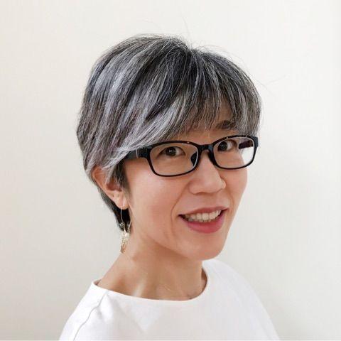 黒ぶちメガネとグレイヘア 40代女性 白髪染めをやめて かっこいい
