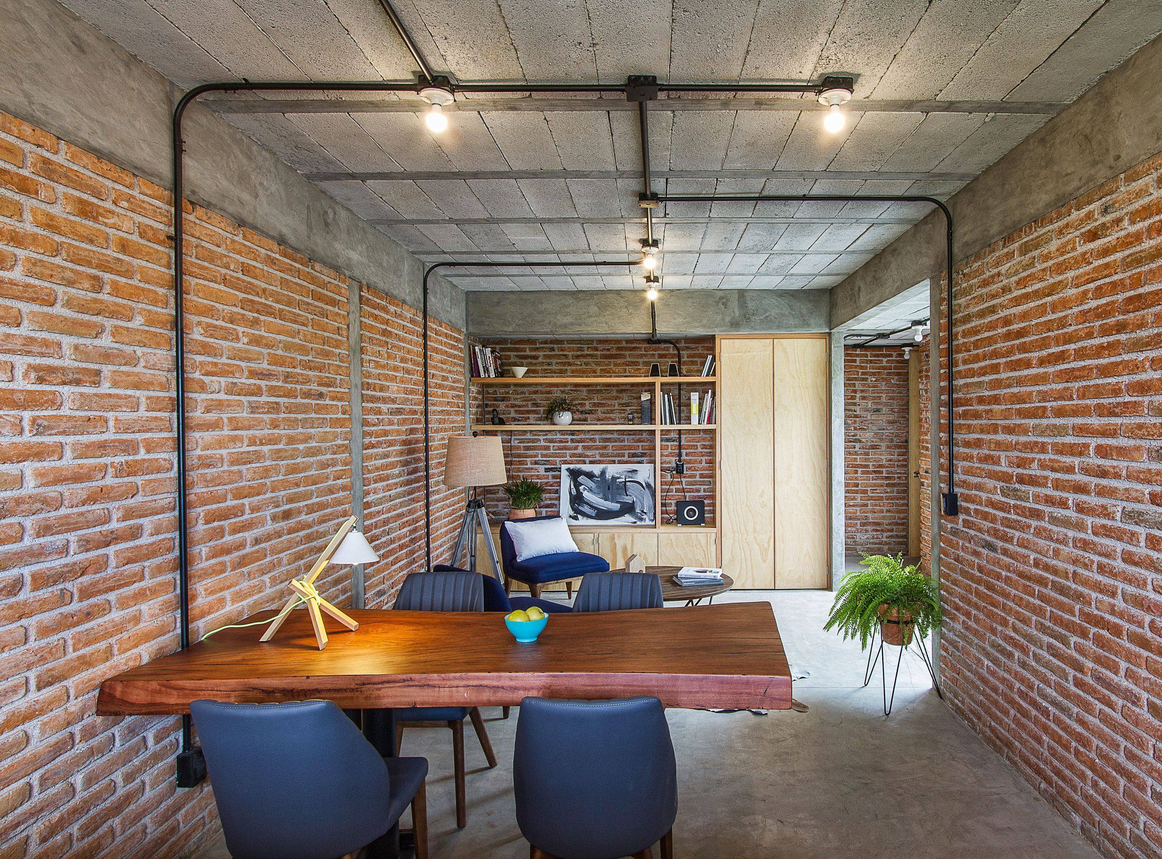 Intersticial arquitectura turns s industrial building into home