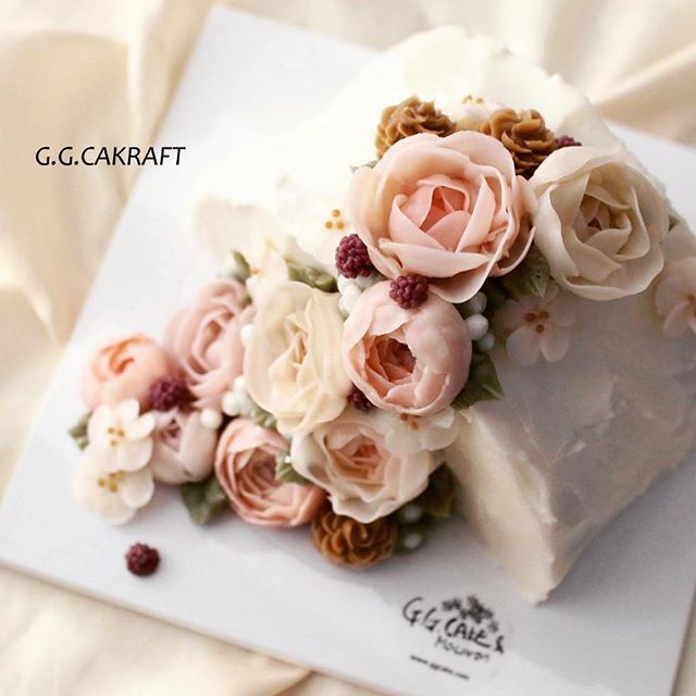 halfmoon corsage style with Magnolia & cone  #flowercake #koreanflowercake #buttercream #buttercreamflowers #koreanbuttercreamflower #transparentbuttercream #hkfoodie #flowercupcakes #flowercakeclass #buttercreamflowercakes #glossybuttercream #decorationcake #baking #cake #ggcakraft #지지케이크 #지지케이크라프트 #플라워케이크 #투명버터크림 #버터플라워케이크 #버터크림 #韩式裱花 #裱花 #花 #花ケーキ #ケーキ #蛋糕 #cakebunga