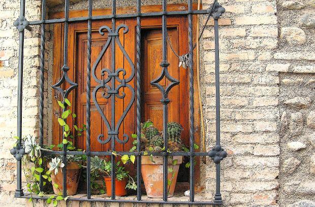 Grate decorative per finestre in ferro battuto grate per for Sbarre per porte