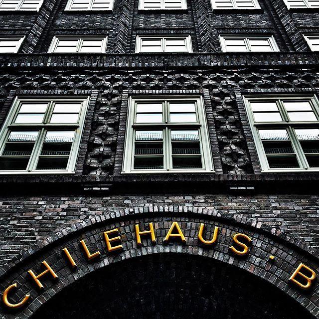 Mhm, kann mich immer nicht entscheiden... Sprinkenhof oder Chilehaus? Welcher Bau ist toller??? Ach, egal, man kann auch in zwei Häuser gleichzeitig verliebt sein. 💙💙 #welovehamburg #hamburg #hamburgcity #chilehaus #kontorviertel #kontor #fritzhöger #backstein #expressionism #architecture #architectureporn #hamburgmeineperle #backsteingotik #brickarchitecture #welovehh #igershamburg #iphoneonly #iphonesia #ahoi #moin  #Regram via @www.instagram.com/p/BJQPsUkDKgl/