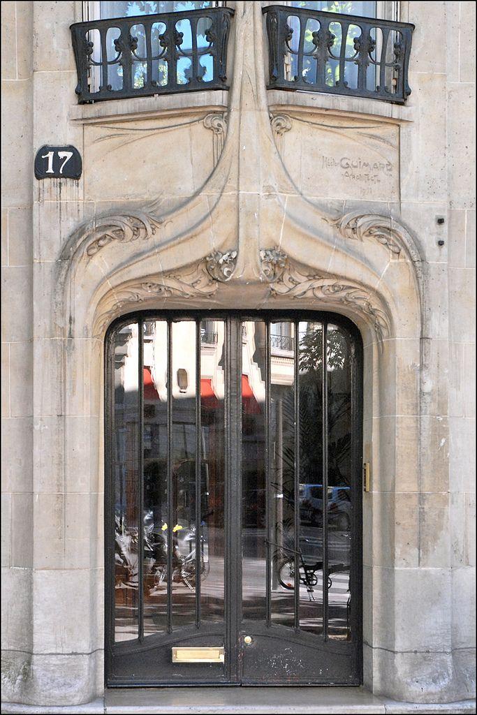 Porte d\u0027entrée d\u0027un immeuble art nouveau d\u0027Hector Guimard à Paris