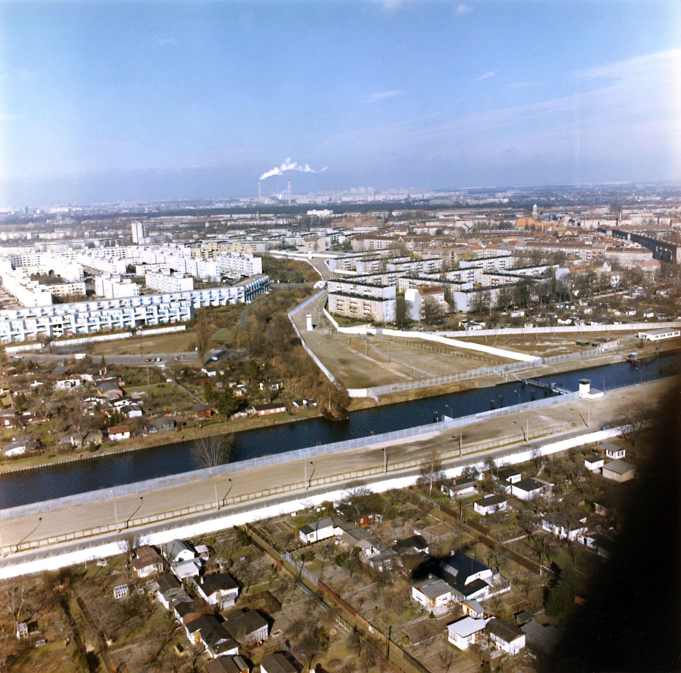 Luftbild der Grenzanlagen entlang des Britzer