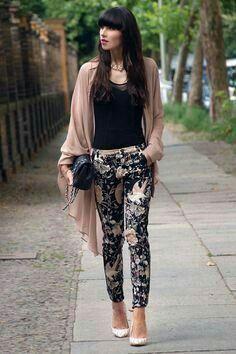 4fca16e05 Como combinar un pantalón con flores, blusa negra, zapatilla nude ...
