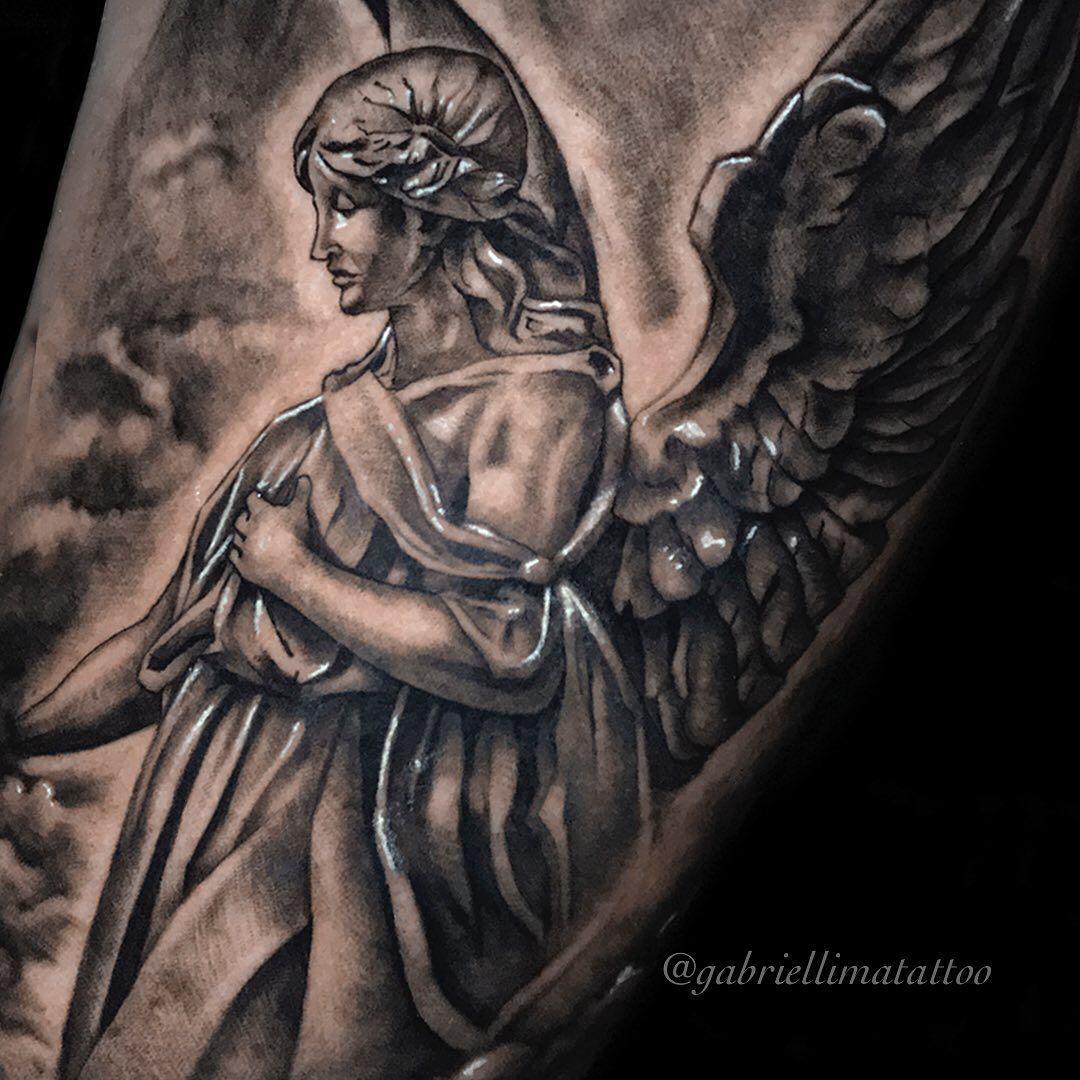 Detalhes bem de pertinho 😇. ☎️ Orçamentos e agendamentos através do WhatsApp (11)93094-2455.  #equilattera  #gabriellimatattoo #instagood #inspirationtattoo #inkedmag #inkgroundtattoo #mogidascruzes #pretoecinzatattoo #realistictattoo #realism #realismtattoo #saopaulo #sp #tattoo #tattoos #tattoodo #tattoo2me #tattoorealistic #tattooing #tattoodesign #tattooer #blackandgreytattoo #tattoomodel #tattooink