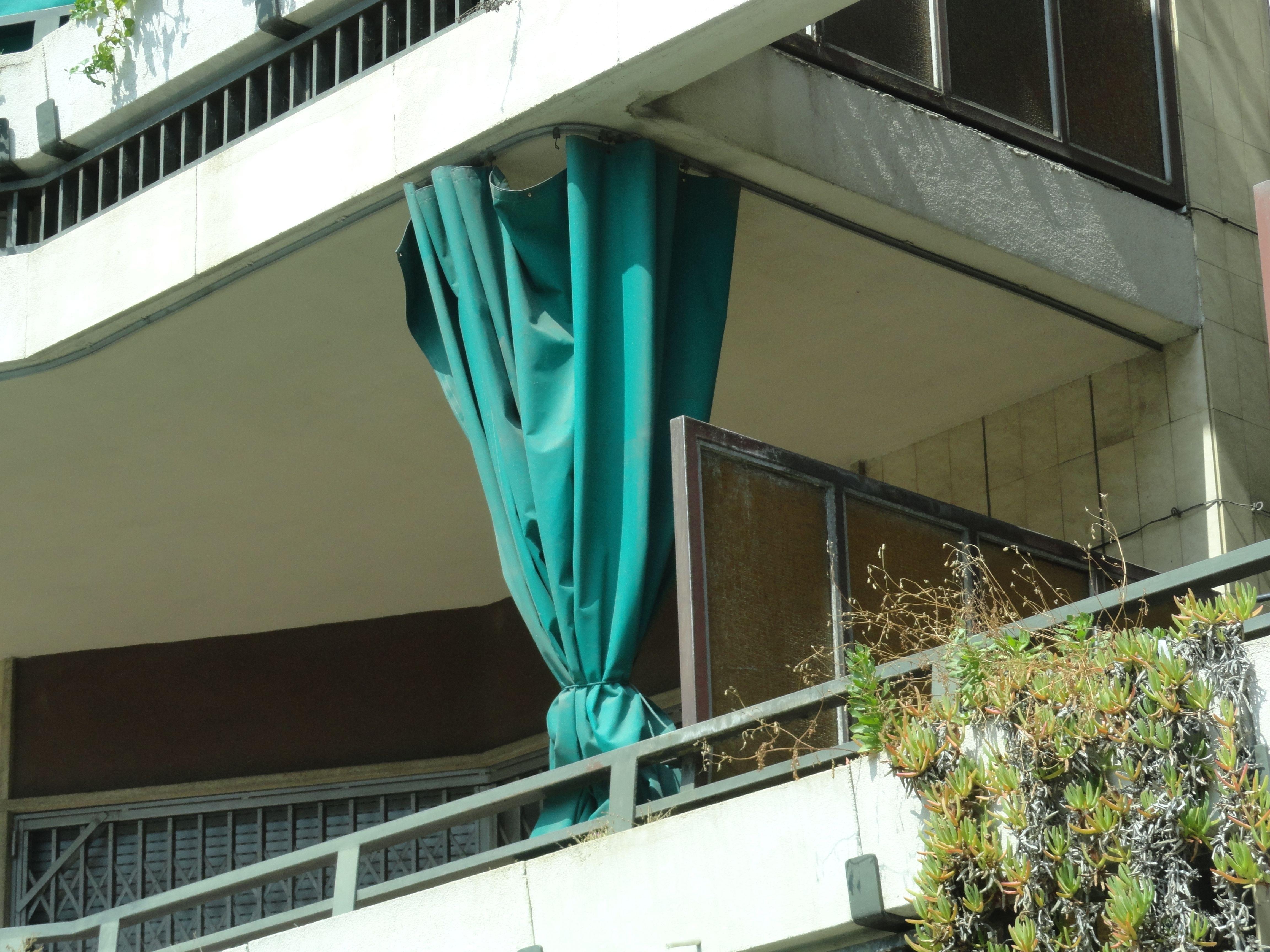 Balkonbeschattung in Gardinenversion gesehen vom Fenster