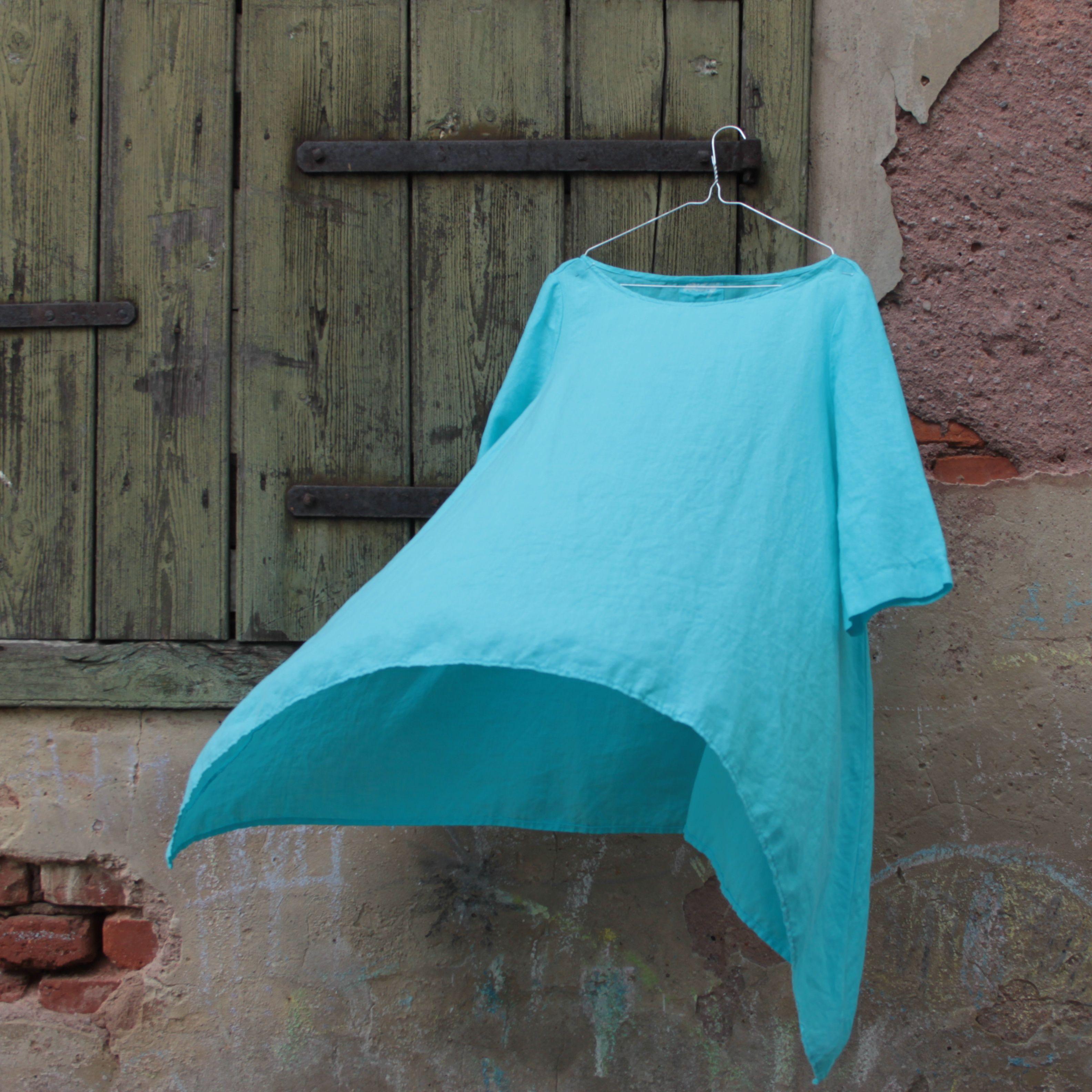 Linen tunic. Lehká lněná tunika, obléká se přes hlavu, je velmi volného střihu s cípy na bocích, bez prsních záševků a s 3/4 rukávy.