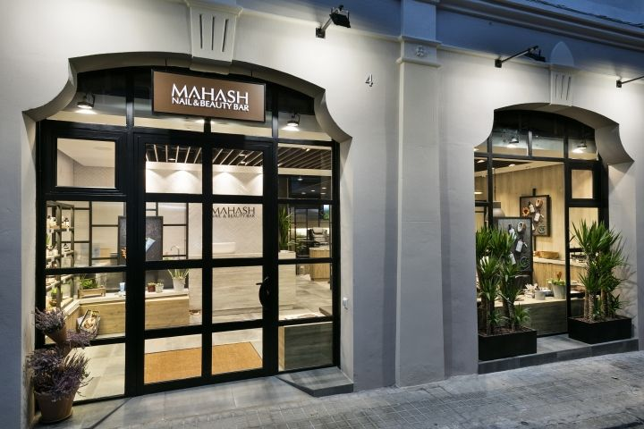 Situated In The Center Of The Elegant Eixample District Next To Passeig De Gràcia This Salon Is A Popular Destination For S Beauty Bar Design Exterior Design