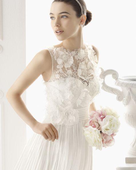6ac582d45 Vestido de bambula y encaje con pedrería y flor en color natural 7CK01-  Diadema de cristal